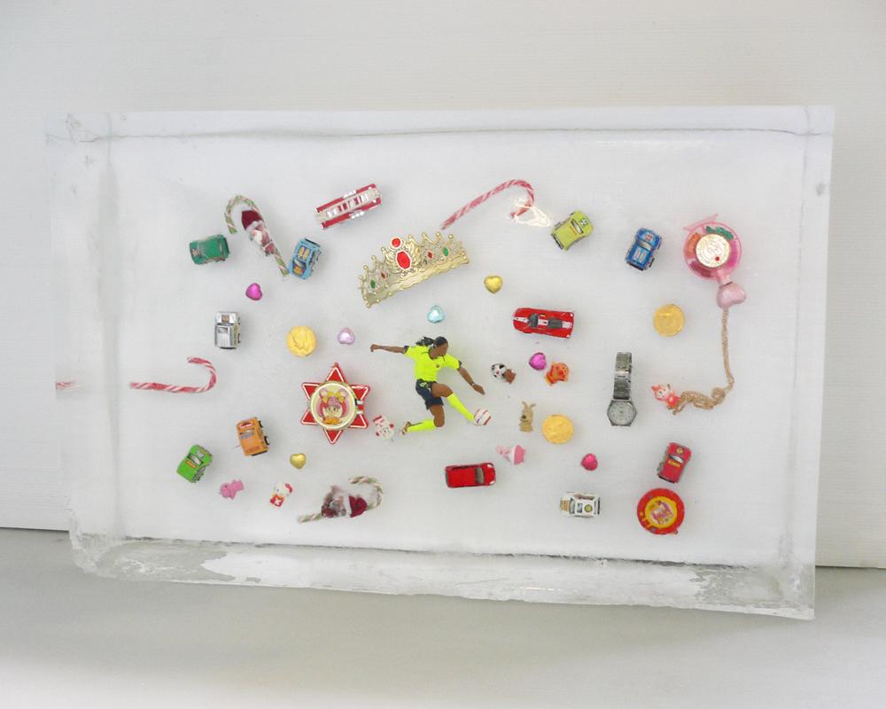 おもちゃが氷の中に!